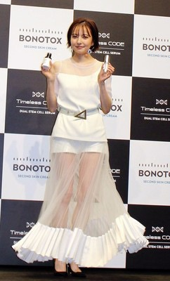 ベッキー セクシースカート「なかなかの挑戦」 スキンケアクリームのイメージモデルに