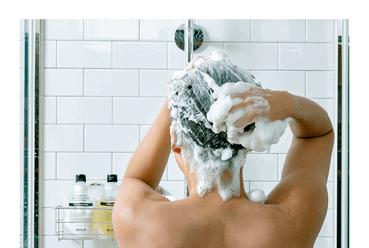 シャンプーで髪を洗う男性の画像