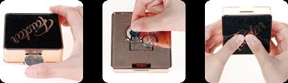 コンパクトの上辺にある穴へコインを差し込むと、外側の                             カバーが外れます。中にリチウム電池(ボタン式・V)が2個                             入っておりますので、電池を取り替え再度カバーを取り付                             けてください。