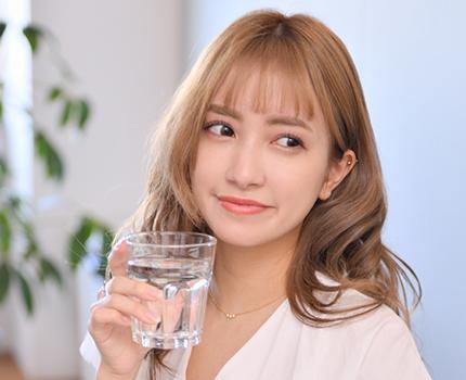 サプリを飲む人物の画像