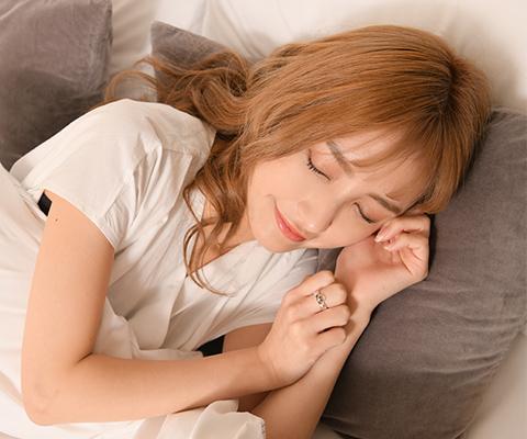 睡眠を取る女性の写真