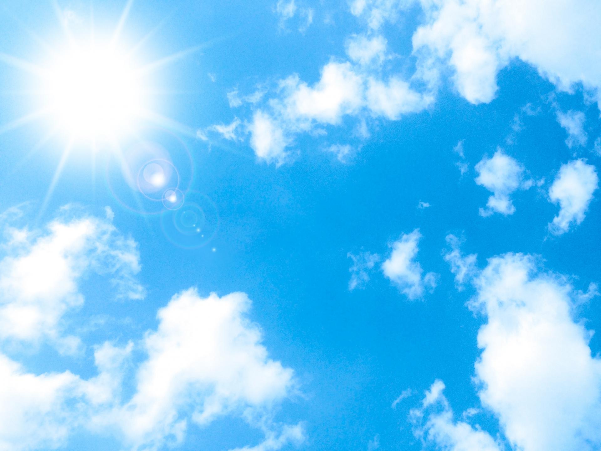 太陽の光が映える青空