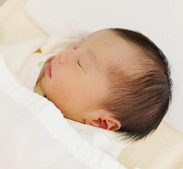 タオル・おくるみにくるまれて眠る赤ちゃん