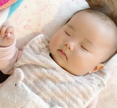 つるつるすべすべなきれいな肌の赤ちゃん
