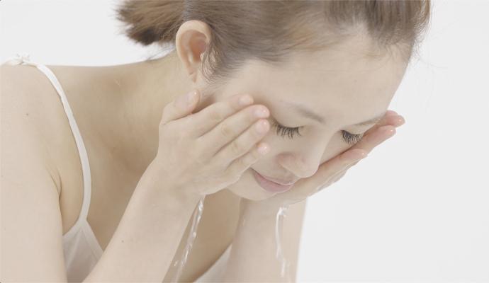 ぬるま湯で顔を洗っている様子