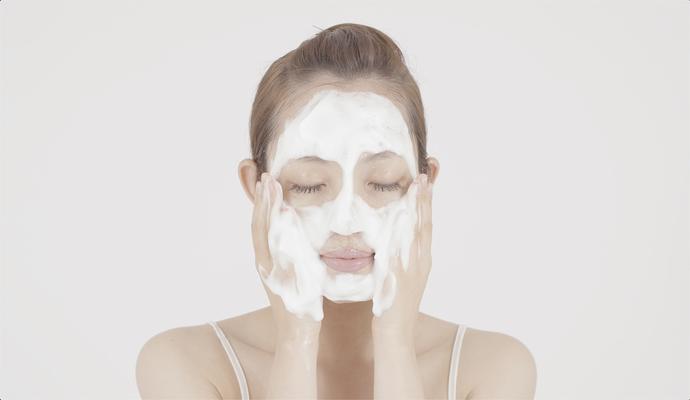 たっぷり泡立てた洗顔料の泡を顔に乗せている様子