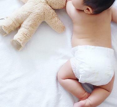 おむつを履いている赤ちゃんの後ろ姿