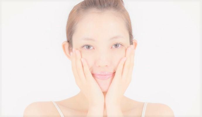 洗顔後に両手で顔を押さえて、洗い上がりのしっとりを感じている女性
