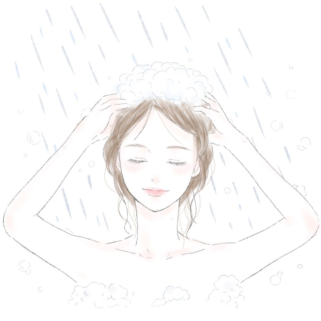 泡立てたシャンプーで髪と頭皮を洗う女性