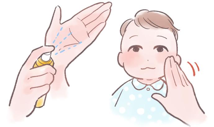 ママの手の平に虫除けスプレーを吹きかけてから、赤ちゃんの顔に塗る様子
