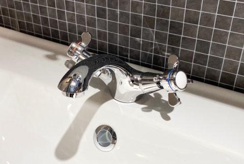 洗顔前にぬるま湯で予洗い