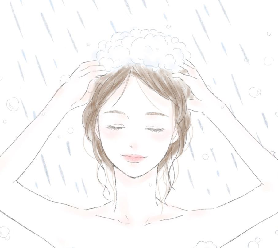 モコモコ泡でシャンプーをする女性