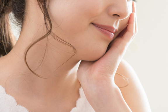 肌悩みを抱える女性