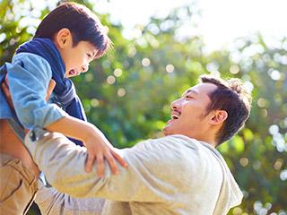 公園で遊ぶパパと男の子