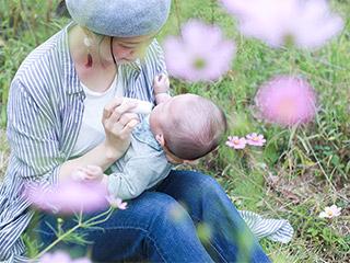 ベビーバームで赤ちゃんの口周りを保湿ケアするママ