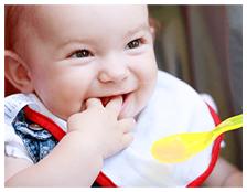 手を口に入れている赤ちゃん