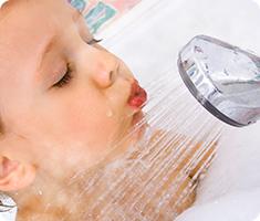 シャワーを浴びる赤ちゃん
