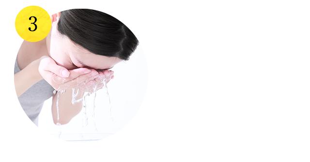 水またはぬるま湯で十分に洗い流してください
