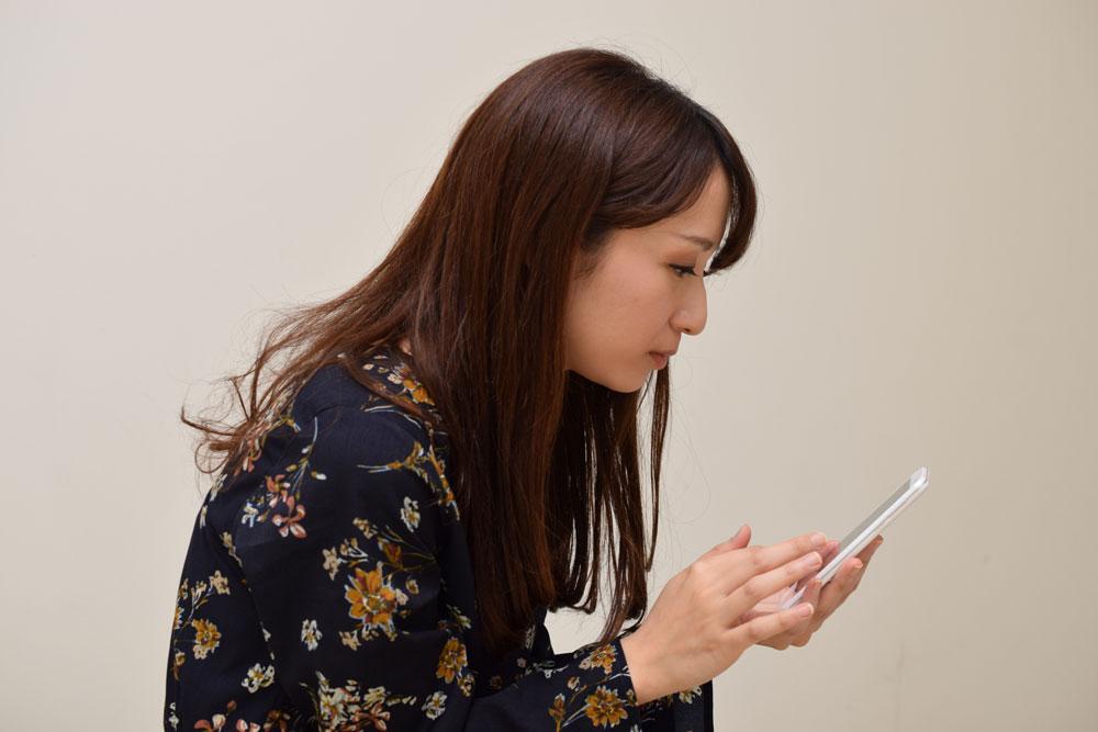 姿勢の悪さはフェイスラインのぼやけに繋がる大きな要因です。